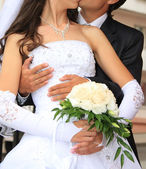 Embracing bride and groom — Stockfoto