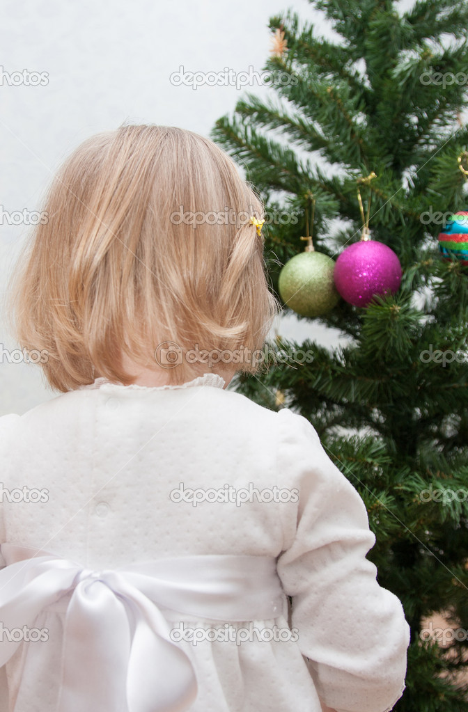 Adorable little girl decorating a Christmas tree — Stock Photo #14775103