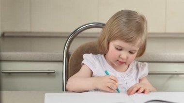 милая девочка, нанесение изображения с цветные карандаши — Стоковое видео