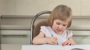 Leuk meisje tekenen een afbeelding met de kleur potloden — Stockvideo