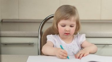 Cute girl drawing a picture with color pencils — Stock Video