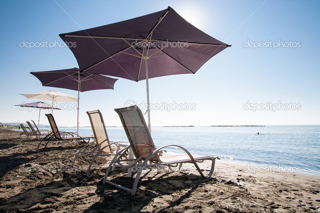 Beach chairs and umbrellas on idyllic tropical sandy beach — Stock Photo #14827927