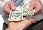 Insan alışverişi para eller — Stok fotoğraf