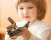 Little girl modelling clay toy — Foto Stock