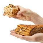 manos sosteniendo deliciosos pasteles — Foto de Stock