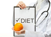 Doctor prescribing diet — Stock Photo