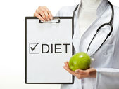 Doctor prescribing diet — Stockfoto