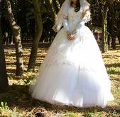 Beautiful bride among trees — Stock Photo