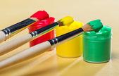 Guaj boya ve fırça — Stok fotoğraf