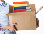 Student bezit een grote doos met stapel boeken — Stockfoto