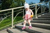 Mädchen gehen die treppe hinunter — Stockfoto
