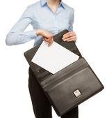 Unrecognizaable podnikatelka s dokumenty a aktovky — Stock fotografie