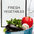 Doctor advising eating fresh vegetables — Stock Photo