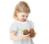 The smiling girl holding cedar cones — Stock Photo