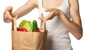 Woman's hand holding vegetables and fruits in shopping bag — Стоковое фото