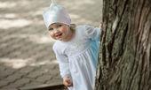 Tatlı küçük kız oynak yaz park — Stok fotoğraf