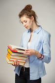 Estudiante leyendo un libro — Foto de Stock