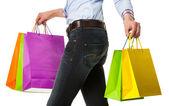 žena držící pestrobarevné nákupní tašky papírové — Stock fotografie