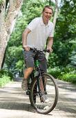Jovem feliz andando de bicicleta — Foto Stock