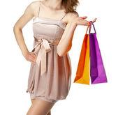 Chica atractiva sosteniendo bolsas de papel comercial multicolor — Foto de Stock