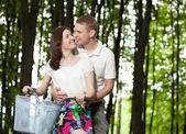 自転車に乗って幸せな笑顔若いカップル — ストック写真