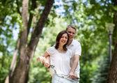 Giovani sposi in bicicletta — Foto Stock