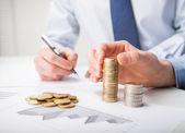 Calcular o lucro de pessoas de negócios — Fotografia Stock