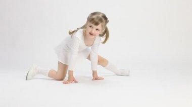 Smiling little girl doing the splits — Stockvideo