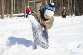 Liten pojke leker med snö — Stockfoto