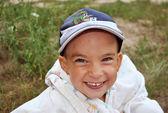 Jonge, gelukkig blonde jongen lacht — Stockfoto
