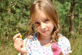 Girl offers a dandelion — Stock Photo