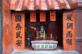 Small Chinese shrine and burning incense — Stock Photo