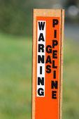 Aviso de precaución en el poste del gas — Foto de Stock