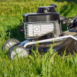 Close-up van grassmower in het gras — Stockfoto #21425493