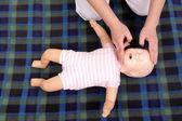 婴儿口对口人工呼吸法 — 图库照片