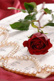 Red rose and pearls — Stock Photo