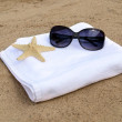 Sunglasses and starfish on white towel — Foto Stock