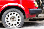 Close up Flat tire on the road waiting — Foto Stock