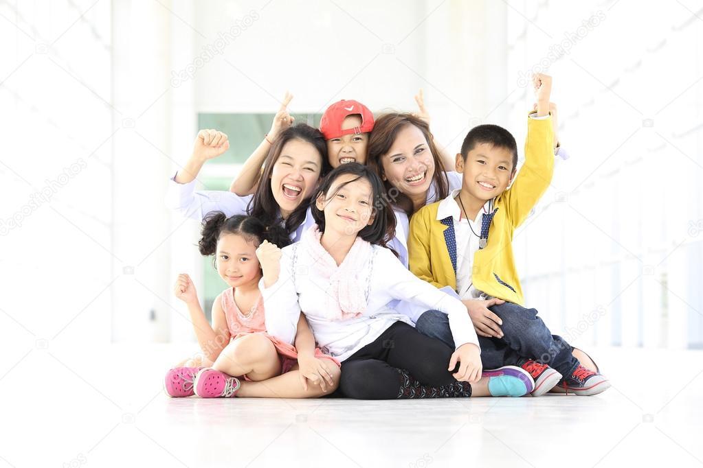 搞笑组可爱的孩子和两名成人妇女用微笑