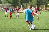 Malý chlapec hrát fotbal — Stock fotografie