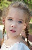 Dziewczynka z warkoczykami — Zdjęcie stockowe