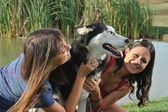 Irmãs e huskys — Foto Stock