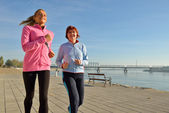 Mother and daughter jogging — Stock Photo