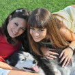 Sisters and husky — Stock Photo