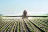Tractor fertilizes crops — 图库照片
