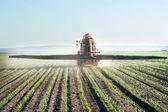 Traktor befruchtet ernten — Stockfoto