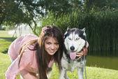 Chica y su husky — Foto de Stock