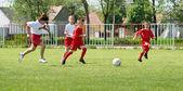 Kopanie piłki nożnej chłopców — Zdjęcie stockowe