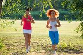Dwie dziewczyny joggingu — Zdjęcie stockowe