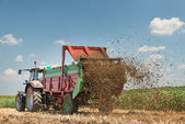 Manure spreader working — Stock Photo